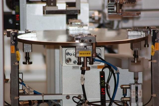 Specialmaskiner som fuldautomatisk rundbordsløsning med servoakser og automatisk ind og udfødning
