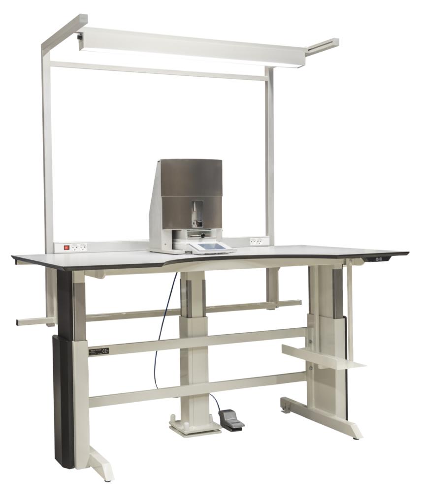 Dose accuracy equipment/ Uddoserings test udstyr, placeret på vejebord